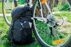 Bicicleta e trouxa com equipamento do turista Imagem de Stock