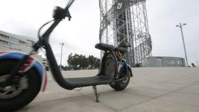 Bicicleta elétrica da rua, transporte urbano, veículo moderno da tecnologia, mobilidade video estoque