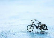 Bicicleta em objetos do conceito da estrada Fotos de Stock Royalty Free