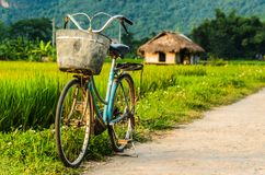 Bicicleta em uma estrada secundária em Vietname fotos de stock royalty free