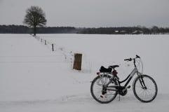 Bicicleta em uma paisagem nevado foto de stock royalty free
