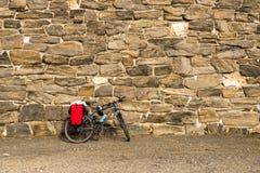 Bicicleta em uma parede fotos de stock