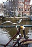 Bicicleta em uma rua imagens de stock