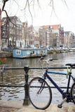 Bicicleta em uma rua foto de stock royalty free