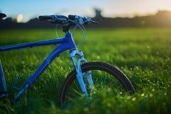 Bicicleta en campo de hierba por la mañana imagen de archivo libre de regalías