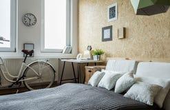Bicicleta en dormitorio Fotografía de archivo