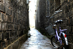 Bicicleta en el callejón viejo Imagen de archivo libre de regalías