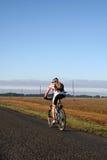 Bicicleta en el camino   Fotos de archivo