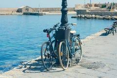 Bicicleta en el muelle del puerto veneciano viejo en el fondo de la ciudad de Chania Isla de Crete fotografía de archivo libre de regalías