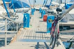 Bicicleta en el muelle del puerto veneciano viejo en el fondo de la ciudad de Chania Isla de Crete foto de archivo