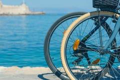 Bicicleta en el muelle del puerto veneciano viejo en el fondo de la ciudad de Chania Isla de Crete imagen de archivo