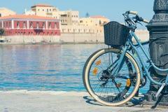 Bicicleta en el muelle del puerto veneciano viejo en el fondo de la ciudad de Chania Isla de Crete imagenes de archivo