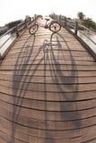 Bicicleta en el puente imágenes de archivo libres de regalías