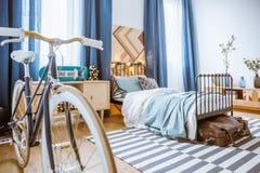 Bicicleta en interior azul del dormitorio Imagenes de archivo