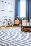 Bicicleta en interior del dormitorio del ` s del adolescente Imágenes de archivo libres de regalías