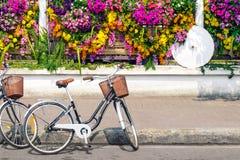 Bicicleta en la calle de la ciudad Imagenes de archivo