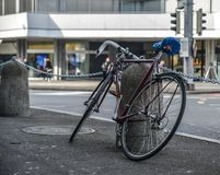 Bicicleta en la calle en Lucerna, Suiza foto de archivo libre de regalías