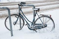 Bicicleta en la calle y mucho nieve Foto urbana 2019 fotografía de archivo libre de regalías