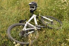 Bicicleta en la hierba Foto de archivo libre de regalías
