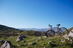 Bicicleta en la montaña Fotos de archivo libres de regalías