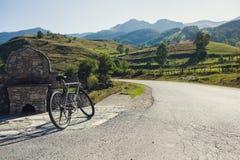 Bicicleta en la montaña Fotos de archivo