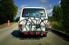 Bicicleta en la parte de atrás de un coche Imagenes de archivo