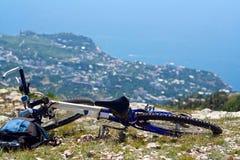 Bicicleta en la parte superior de la montaña Imagen de archivo libre de regalías