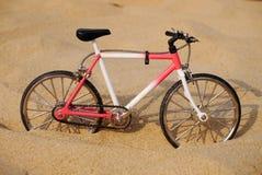 Bicicleta en la playa Fotografía de archivo libre de regalías