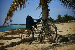 Bicicleta en la playa Fotos de archivo libres de regalías