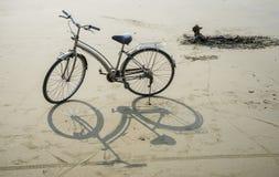 Bicicleta en la playa Fotos de archivo