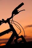 Bicicleta en la puesta del sol Fotos de archivo libres de regalías
