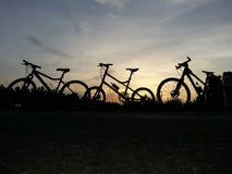 Bicicleta en la puesta del sol imagen de archivo