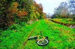 Bicicleta en la trayectoria del país Imagenes de archivo