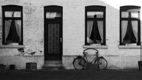Bicicleta en patio de la granja vieja foto de archivo libre de regalías