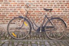 Bicicleta en piedra del adoquín contra la pared de ladrillo; Groot Begijnhof; Leu Fotografía de archivo libre de regalías