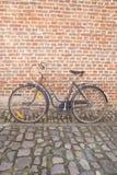 Bicicleta en piedra del adoquín contra la pared de ladrillo; Groot Begijnhof; Leu Imagenes de archivo
