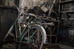 Bicicleta en un almacén sucio Fotos de archivo libres de regalías