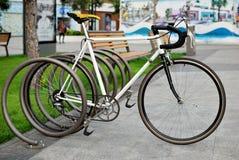 Bicicleta en un aparcamiento Imágenes de archivo libres de regalías