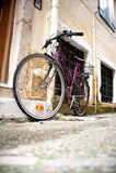 Bicicleta en un callejón. Fotografía de archivo