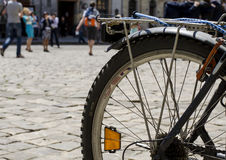 Bicicleta en una calle de la ciudad Imagen de archivo libre de regalías