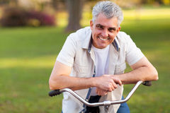 Bicicleta envelhecida meio do homem Fotografia de Stock