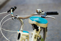 A bicicleta está estando na rua da cidade europeia velha Imagem de Stock