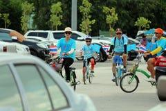 Bicicleta, están montando la bicicleta imagenes de archivo