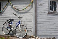 Bicicleta estacionada al lado del boathouse fotografía de archivo