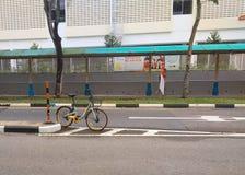 Bicicleta estacionada engraçada fotografia de stock royalty free