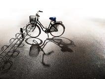 Bicicleta estacionada na cremalheira de bicicleta Imagens de Stock