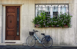 Bicicleta estacionada na frente da casa Fotografia de Stock