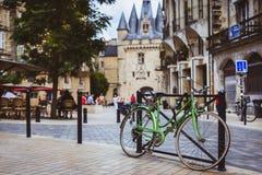 A bicicleta estacionou contra trilhos no Bordéus com porto Cailhau dentro Fotografia de Stock