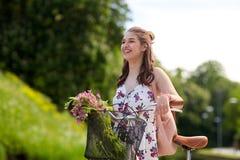Bicicleta feliz del fixie del montar a caballo de la mujer en parque del verano Imagenes de archivo