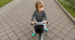 Bicicleta feliz del montar a caballo del niño almacen de metraje de vídeo